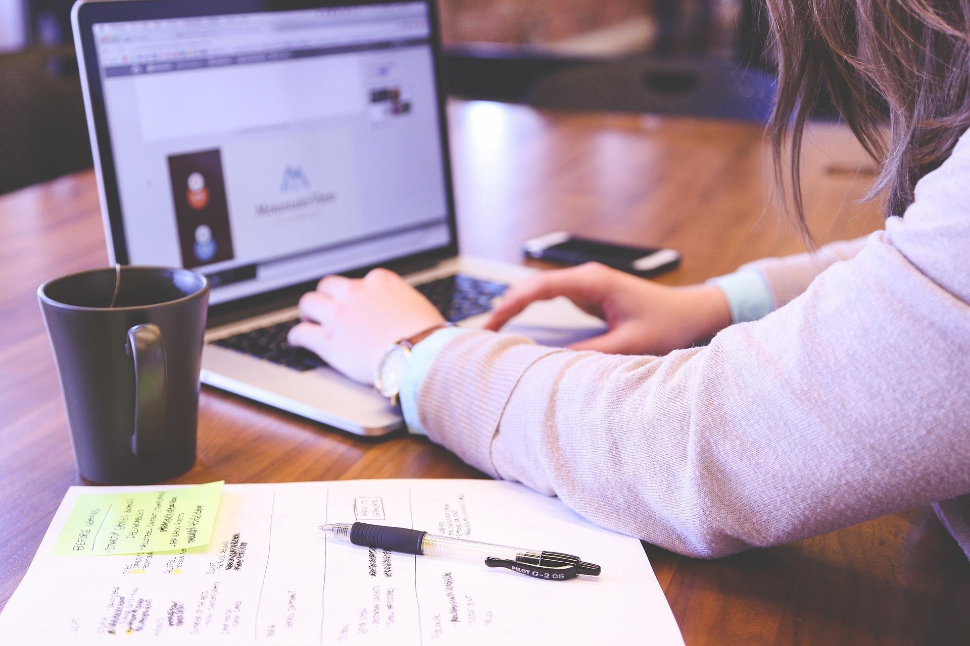 Blogbeitrag schreibende Frau